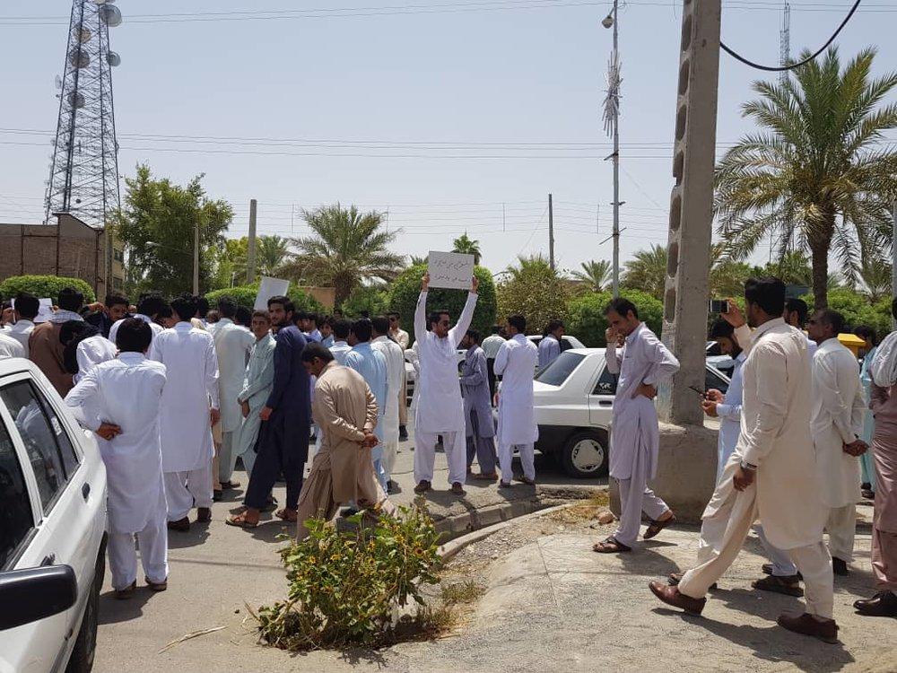در پی تعرض به چند دختر ایرانشهری، تعدادی از اهالی مقابل فرمانداری تجمع کردند