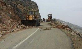 ریزش کوه در محور پلدختر – خرمآباد/ عوامل راهداری مشغول بازگشایی هستند