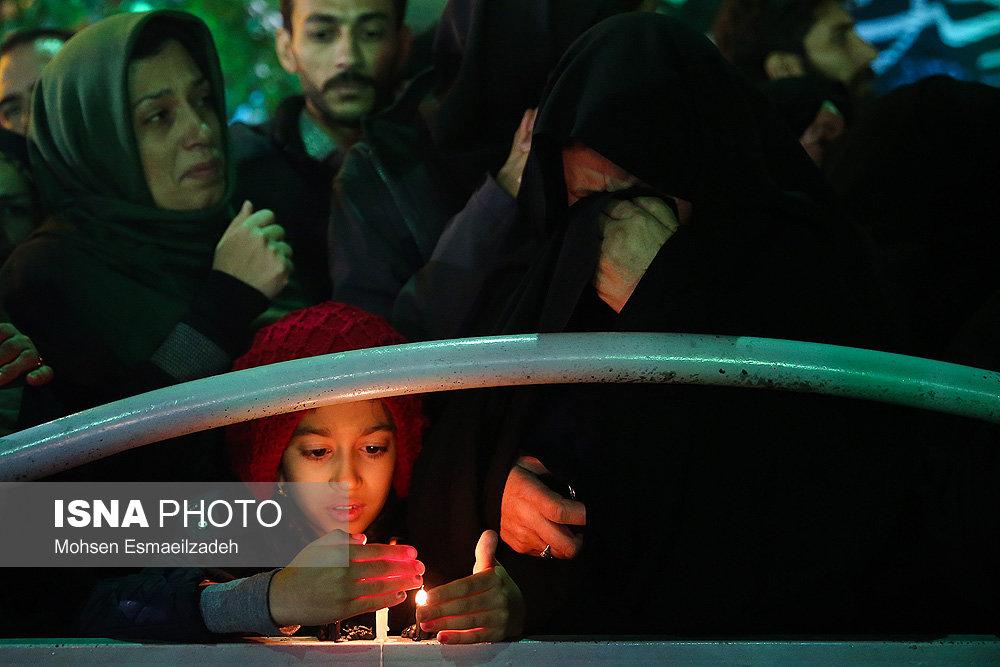 برخی نهادها هنوز پرچمهای سیاه ایام عزاداری را جمع نکردهاند