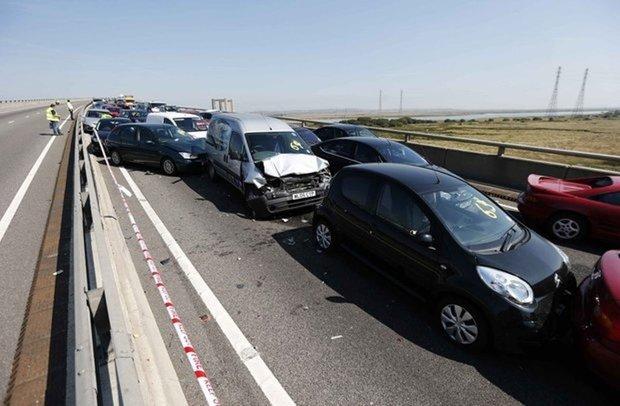 روغن روی جاده باعث تصادف ۷ خودرو شد