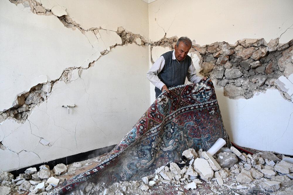 بازدید جمعی از اعضای کمیسیون عمران مجلس از منطقه زلزله زده سی سخت