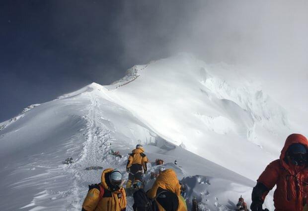"""یک کوهنورد ایرانی در راه فتح اورست/ """"کرونا"""" مانع صعود نشد"""