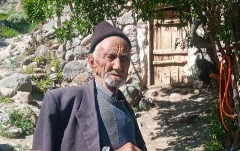 تزریق واکسن کرونا به پیرترین مرد کشور در آذربایجان شرقی