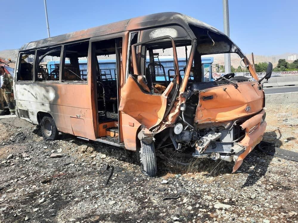 تصادف آتشین مینیبوس و سمند در اتوبان کرج – تهران