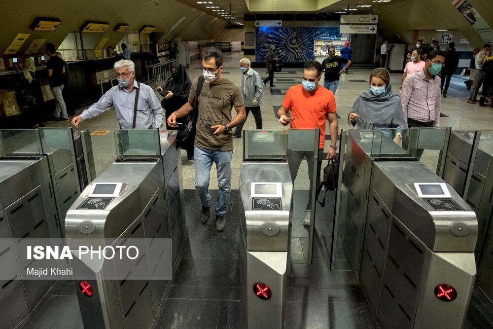 ازدحام مسافر در مترو به دلیل عدم رعایت مصوبات ستاد کرونا در ایام قرنطینه ابلاغی