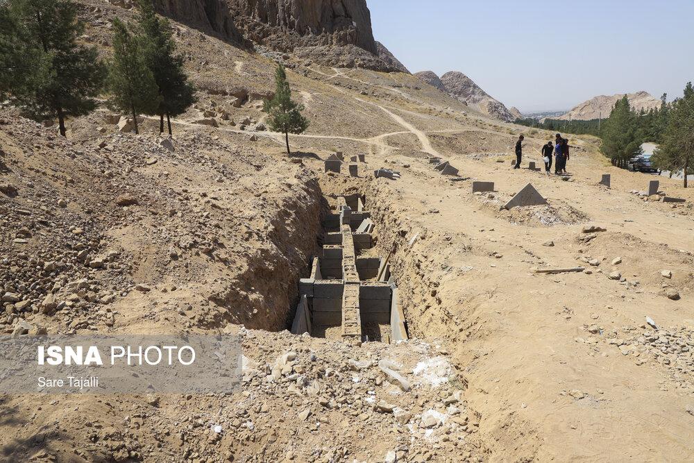 محل دفن جانباختگان کرونا در پارک جنگلی پردیسان قائم و دامنهی کوه صاحب الزمان (ع) – کرمان